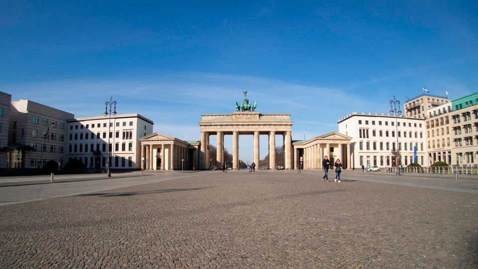 Der leere Pariser Platz vor dem Brandenburger Tor in Berlin