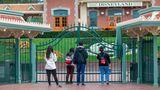 Wir müssen leider draußen bleiben: Disney hatseine Parks und Resorts bis zum Ende des Monats geschlossen, unter anderem in Florida, Kalifornien und Frankreich. Wie hier Anaheim, Kalifornien, stehen Besucher vor demgeschlossenenEingang.