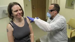 Seattle, USA: Jennifer Haller (l.,) bekommt einen möglichen Coronavirus-Impfstoff injiziert