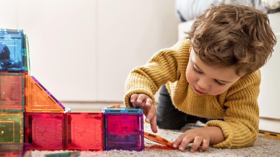 Kinder beschäftigen: in Zeiten der Isolation zuhause keine einfache Aufgabe