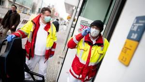 Coronavirus: Sanitäter holen einen Patienten in Berlin ab
