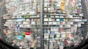 Medikamente liegen in den Regalen eines Kommissionierautomaten einer Apotheke