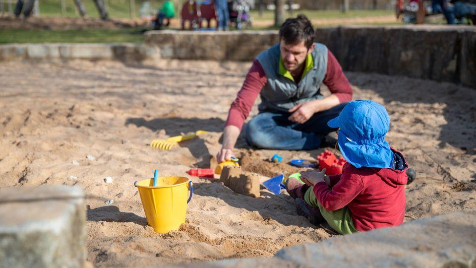 Corona-alltag - spielen auf dem Spielplatz