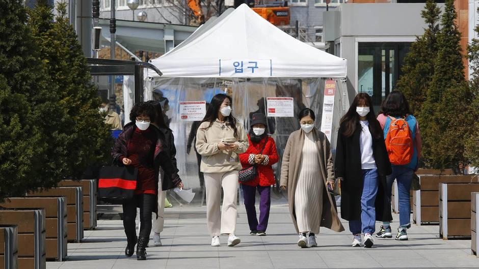 Junge Menschen in Südkorea mit Mundschutz