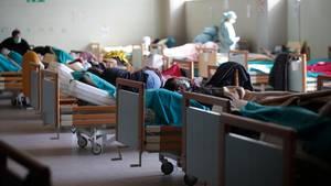 Brescia: Patienten liegen in Betten in einem Notfallanbau, der den Krankenhausbetrieb entlasten soll.