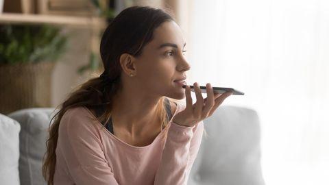 Eine Frau nimmt eine Sprachnachricht auf
