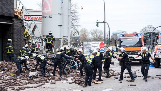 Nachrichten aus Deutschland: Feuerwehrleute sichern den Unglücksort am Millerntorplatz