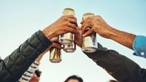 Corona-Party: Jugendliche stoßen mit Dosenbier an