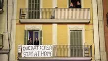 Menschen stehen auf ihren Balkonen in Italien und klatschen