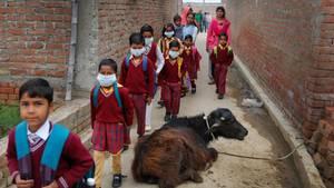 Indische Schüler in Schuluniform auf dem Heimweg