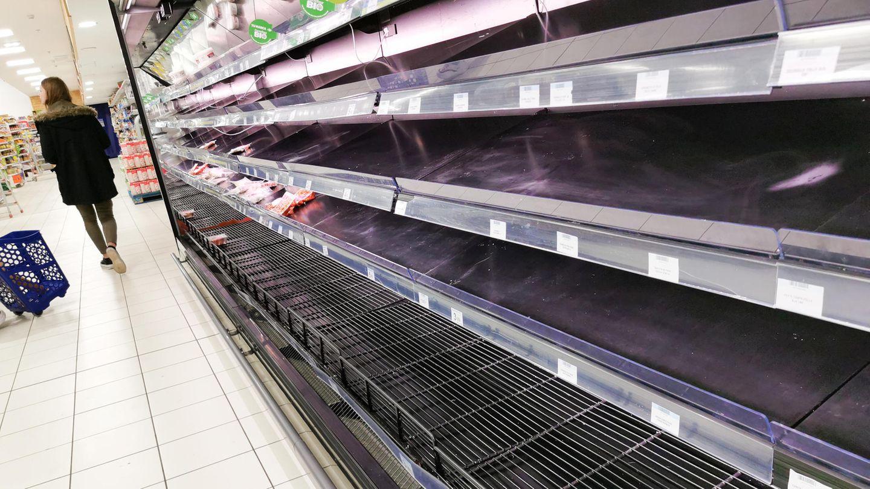 In einem großen Supermarkt sind leere Fleischregale zu sehen