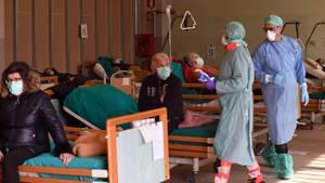 Corona-Patienten in einem Not-Lazarett des Krankenhauses im norditalienischen Brescia.