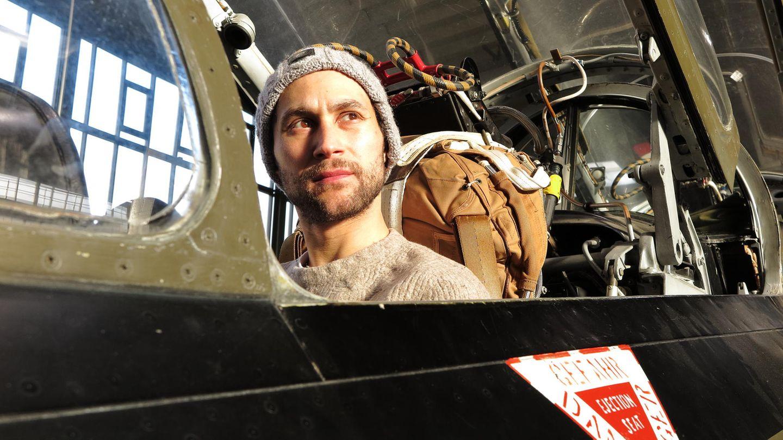 Ludwig Trepte im Cockpit einer Fiat G91 Gina. Der Berliner Schauspieler büffelt gerade fürseinePrivatpiloten-Lizenz. Solche Jets zu fliegen, wäre ein Traum für ihn.