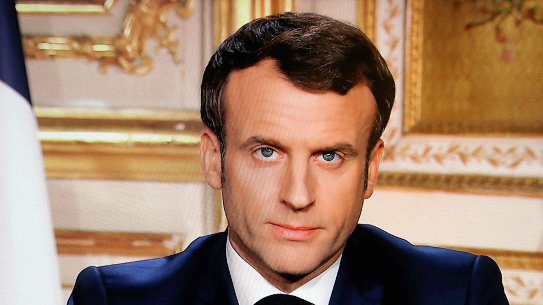 Auf zwei fast identischen Titelseiten französischer Zeitungen fordert Präsident Emmanuel Macron auf, Zuhause zu bleiben