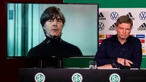Bundestrainer Joachim Löw (l.) und Pressesprecher Jens Grittner während der Video-Pressekonferenz des DFB zur Corona-Krise