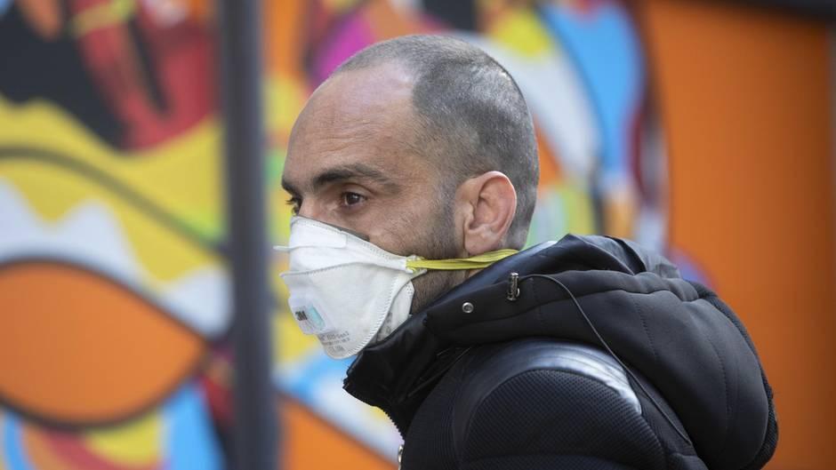 Tel Aviv, Israel:Ein Mann trägt eine Atemschutzmaske um sich vor dem Coronavirus zu schützen