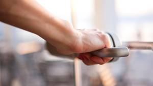 Handschuhe sind in der Coronakrise nicht zwingend für alle Menschen nötig, regelmäßiges Händewaschen und Abstandhalten sind in der Regel ausreichend.