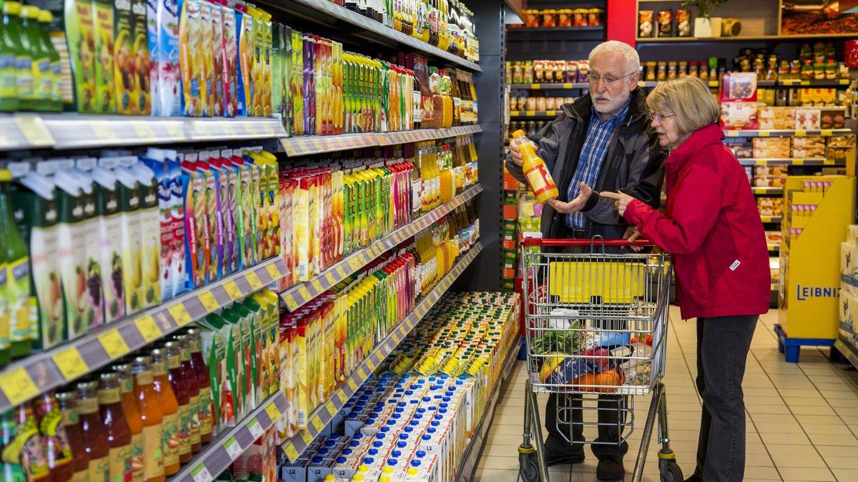 Zwei Senioren kaufen in einem Supermarkt ein