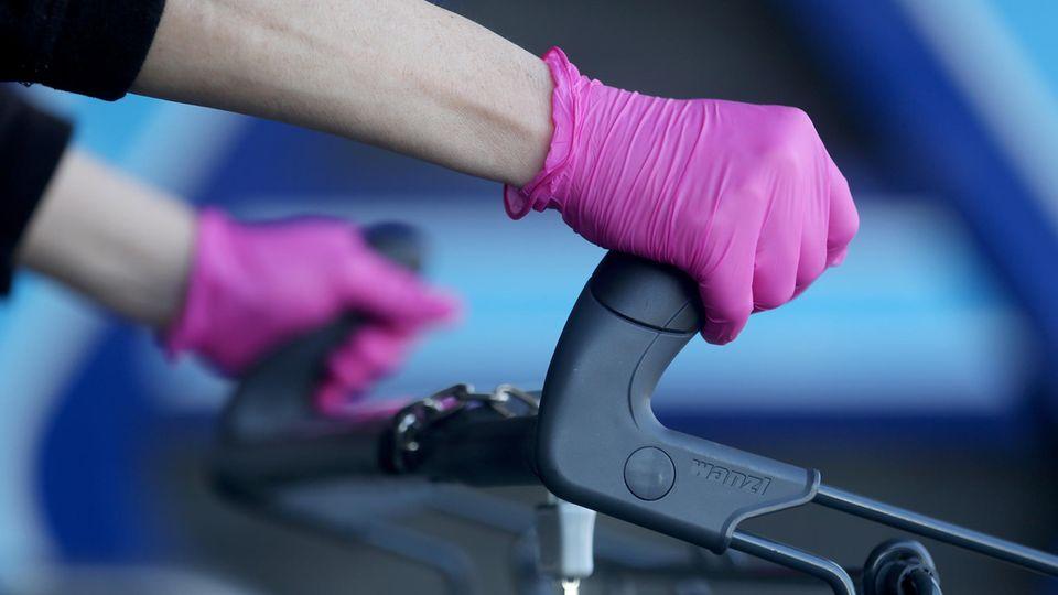 Einkauf mit Handschuhen zum Schutz vor Corona