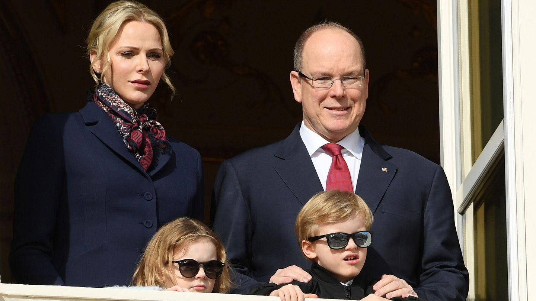 Fürst Albert II. von Monaco mit seiner Frau Charlène und den Kindern Gabriella und Jaques