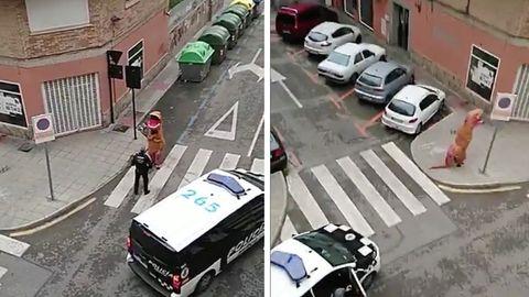 In Spanien hat die Polizei eine Person im T-Rex-Kostüm verwarnt, die gegen die Ausgangssperre verstoßen hat
