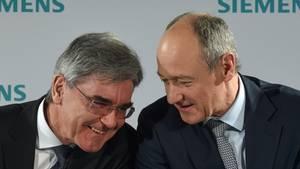 Joe Kaeser (l), Vorstandsvorsitzender von Siemens, und Roland Busch, Stellvertretender Vorstandsvorsitzender