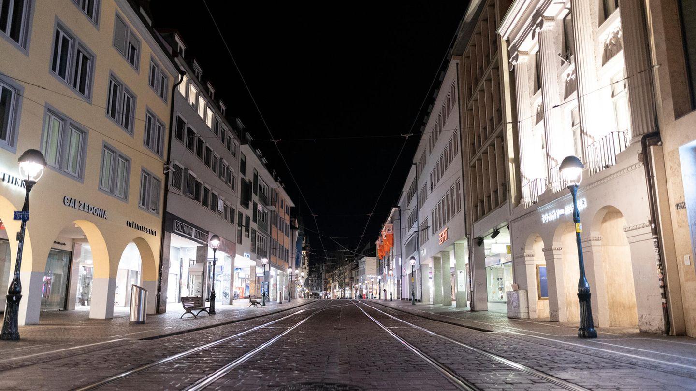 Baden-Württemberg, Freiburg: Die Übersichtsaufnahme zeigt die menschenleere Fußgängerzone in der Innenstadt