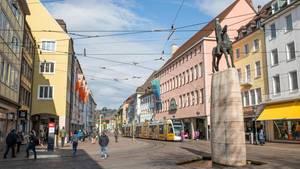 Passanten gehen durch die Freiburger Innenstadt