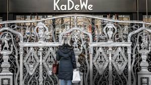 Eine Kundin vor dem geschlossenen Kaufhaus KaDeWe