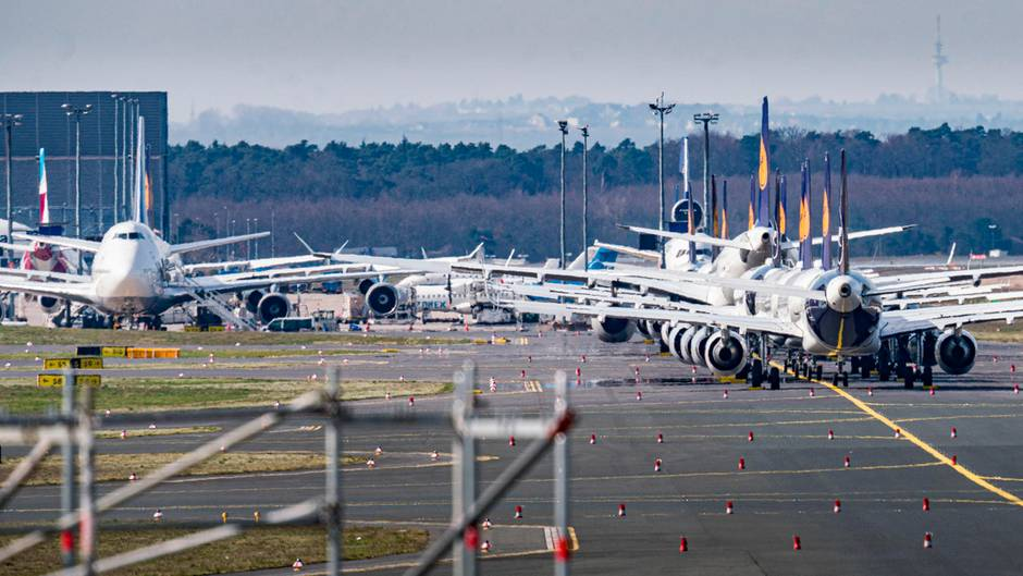 Flugzeuge der Lufthansa sind auf dem weitläufigen Gelände des Frankfurter Flughafens abgestellt.