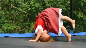Kind spielt auf Trampolin