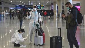 Heimkehrer auf dem Flughafen von Shanghai: Wer nach China zurückkehrt, muss nach der Ankunft für 14 Tage in Quarantäne