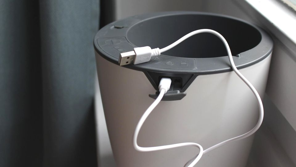 Das Aufladen ist einfach, man verwendetdas mitgelieferte Mikro-USB-Kabel