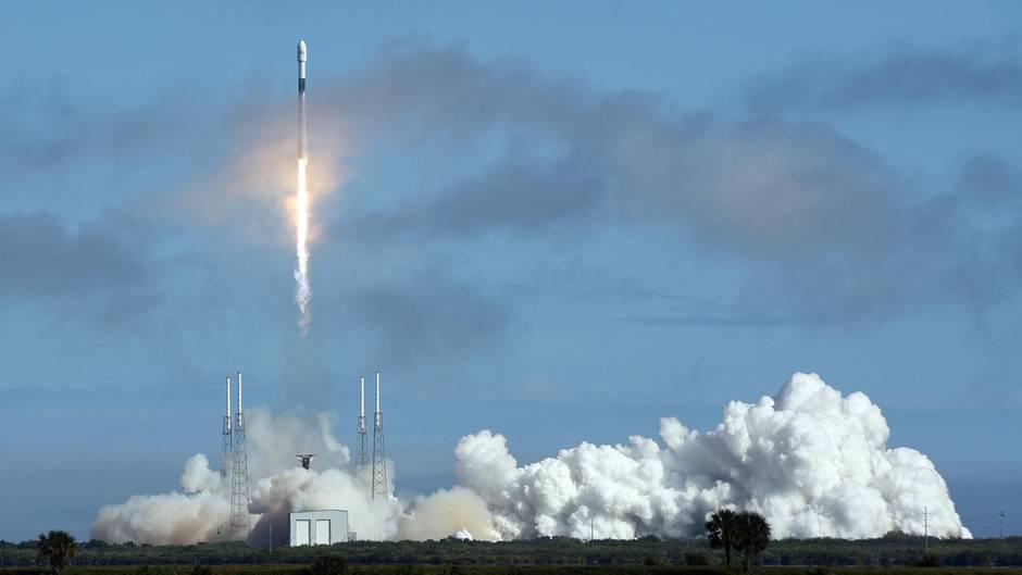 Eine Rakete vom Typ Falcon 9 des Unternehmens SpaceX startet vom Weltraumbahnhof Cape Canaveral aus in den Weltraum.