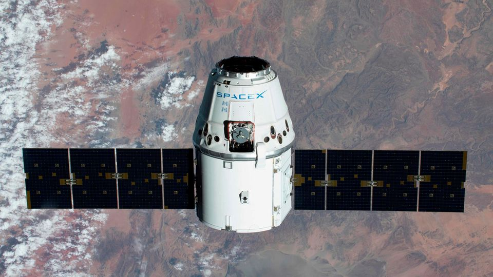SpaceX Dragon im All über Namibia