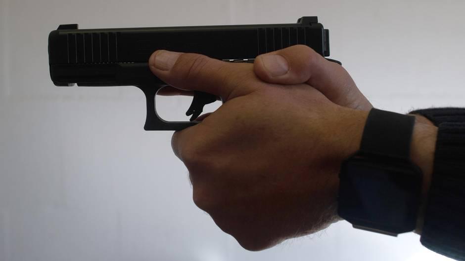 Zwei Männer halten eine Pistole