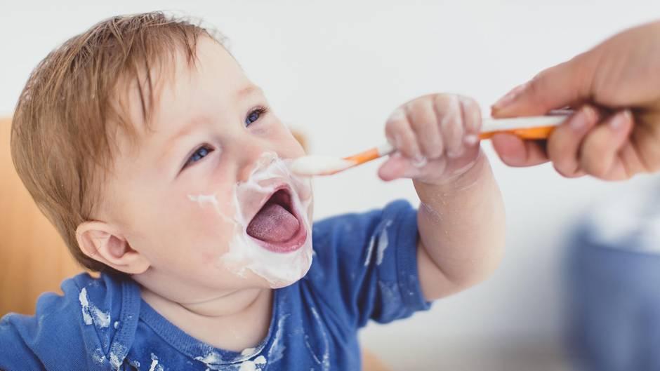 Kleinkind isst Joghurt