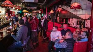 Gut gefüllte Bar in New York zu St. Patrick's Day