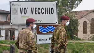 Italienische Soldaten patrouillieren Ende Februar am Ortseingang vonVò. In dem Ort gab es den ersten Corona-Toten Italiens. Mittlerweile ist das Virus dort verschwunden.
