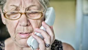 Ältere Frau telefoniert