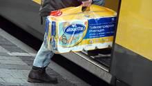 Nachrichten aus Deutschland: Kunde steigt mit zwei Packungen Toilettenpapier in eine Bahn