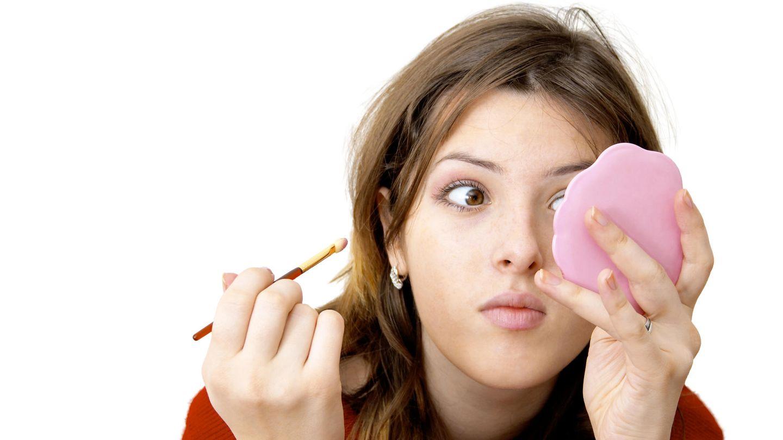 Mädchen schminkt sich