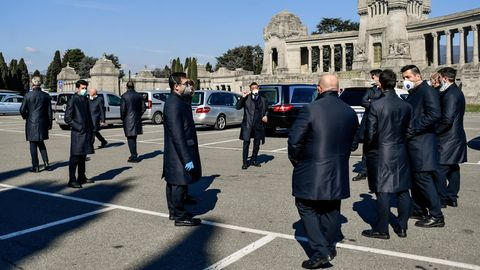 Italien, Bergamo: Sargträger warten vor einem Friedhof in Bergamo