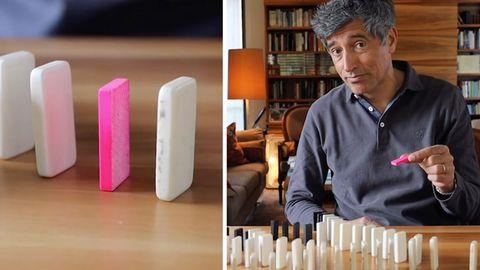 Ranga Yogeshwar hält einen Dominostein hoch