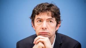 Virologe Christian Drosten glaubt nicht, dass die Bundesliga 2020 zur Normalität zurückkehren wird.