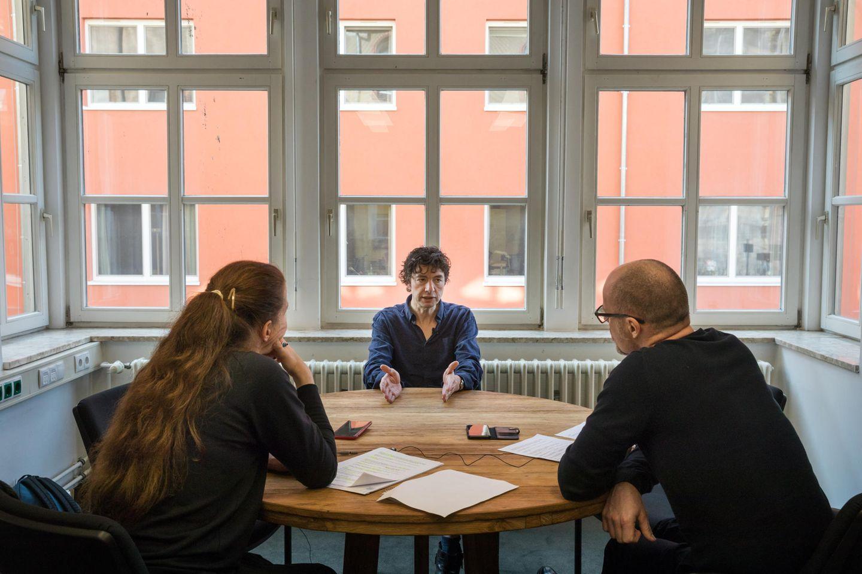 Drosten mit den stern-Redakteuren Anika Geisler und Mathias Schneider