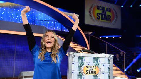 """Influencerin Dagi Bee macht bei """"Schlag den Star"""" kurzen Prozess mit Sängerin Blümchen und gewinnt die Promi-Duell-Show vorzeitig im 12. Spiel."""