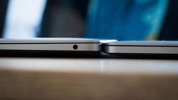 Links das neue Macbook Air, rechts das 13-Zoll-Macbook Pro. Das Air ist an der dicksten Stelle sogar etwas höher.