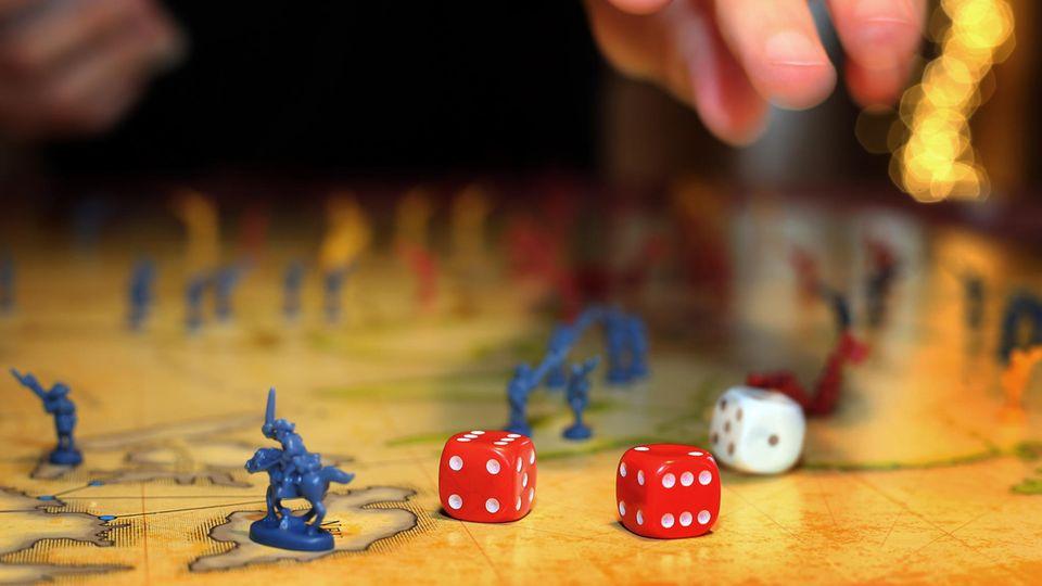"""#zuhausebleiben: Eine Familie spielt in ihrem Haus das Brettspiel """"Risiko""""."""