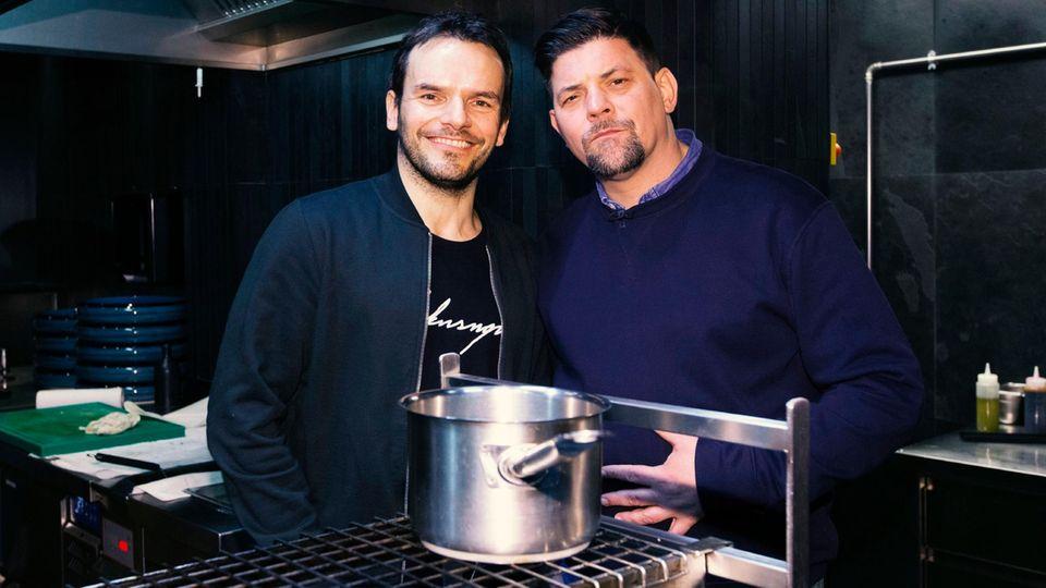 """Kochten bei """"Kitchen Impossible"""" um die Wette:Steffen Henssler (l.) und Tim Mälzer"""
